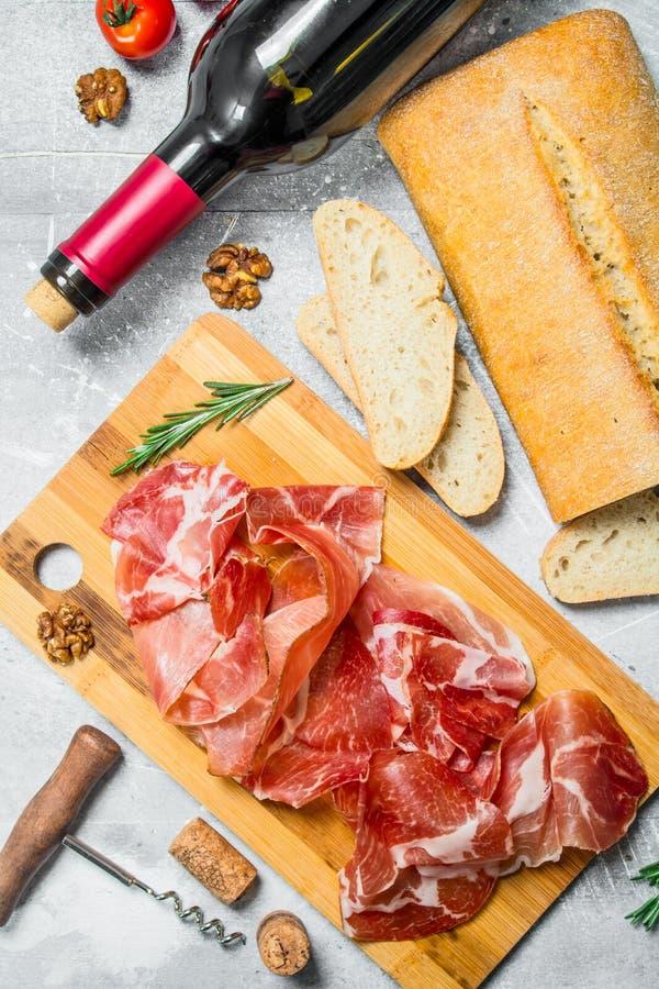 Traditionell spansk skinka med ciabatta och rött vin royaltyfri foto