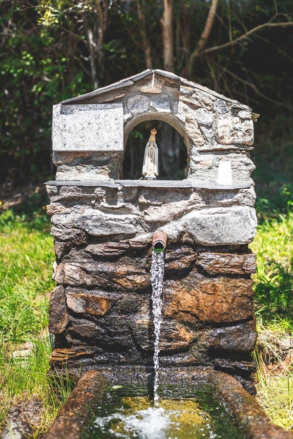 Traditionell springbrunn som är hängiven till oskulden av Fatima Nord av royaltyfria foton