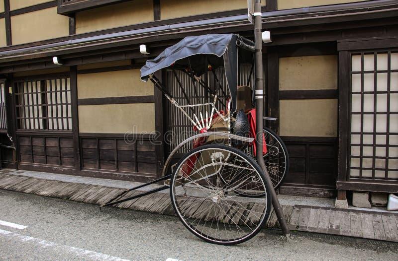 Traditionell stadsscape av Takayama - vagnar för handelsresanden som går på de gamla gatorna Takayama, Japan arkivbild