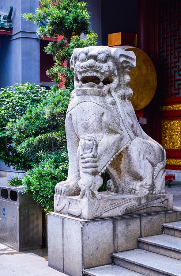Traditionell sten Lion Sculpture i Kina arkivfoton