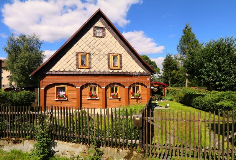 Traditionell stuga i Tjeckien royaltyfri bild