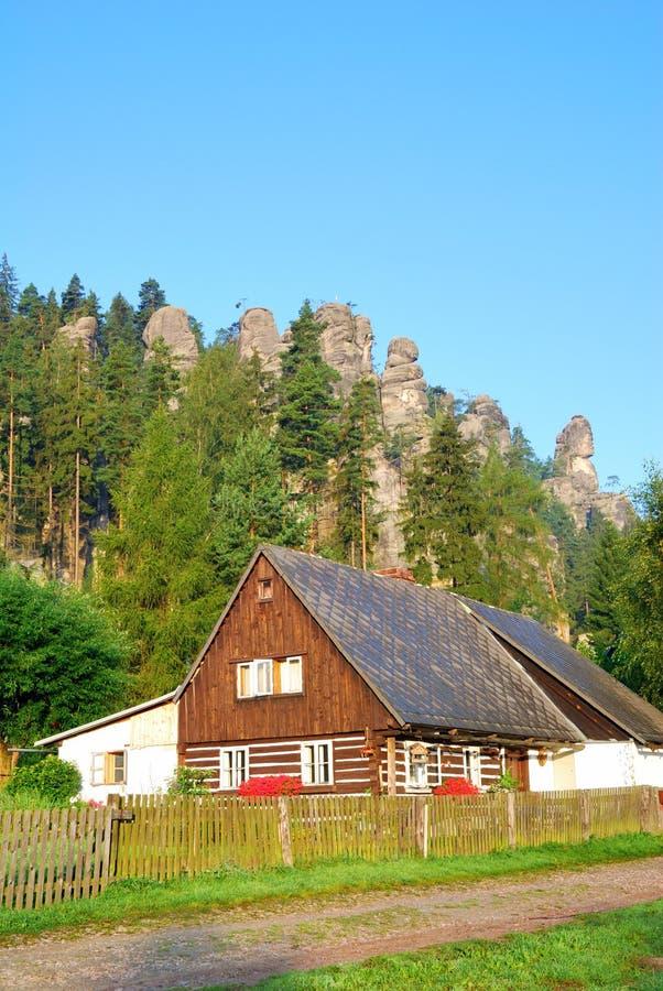 Traditionell stuga med skog- och sandstentorn royaltyfria bilder