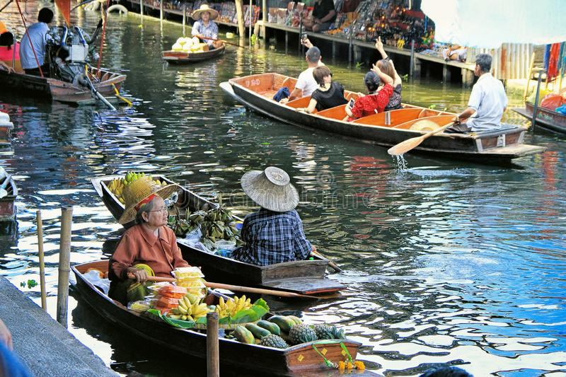 Traditionell sväva marknad, Bangkok, Thailand royaltyfri foto