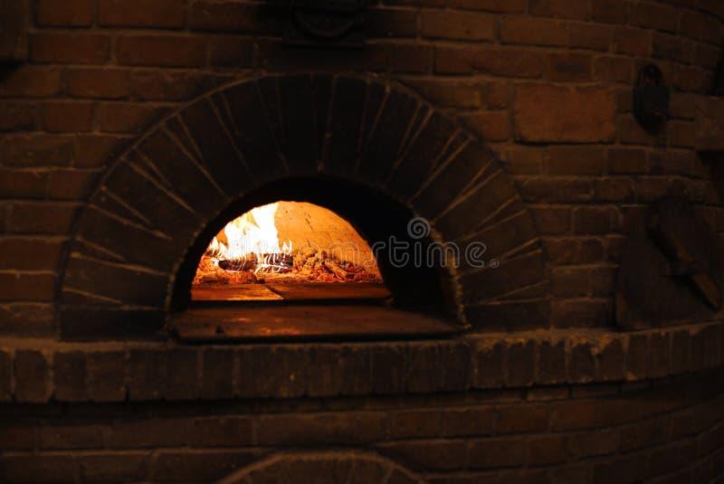 Traditionell tegelstenugn f?r att baka pizza arkivbild