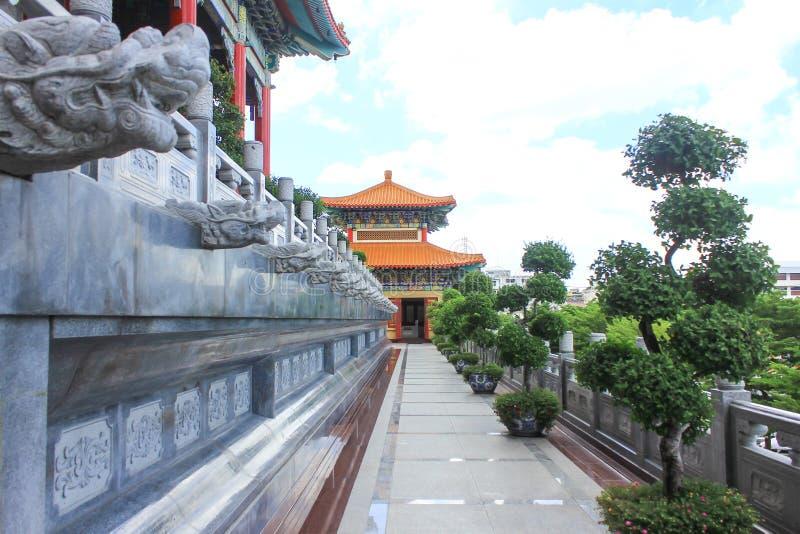 Traditionell tempel för kinesisk stil på Wat Leng-Noei-Yi i Nonthab royaltyfri bild