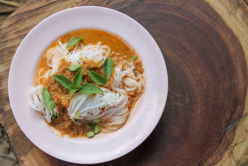 Traditionell thailändsk kokkonst, risvermiceller som ätas med grön curry arkivfoto