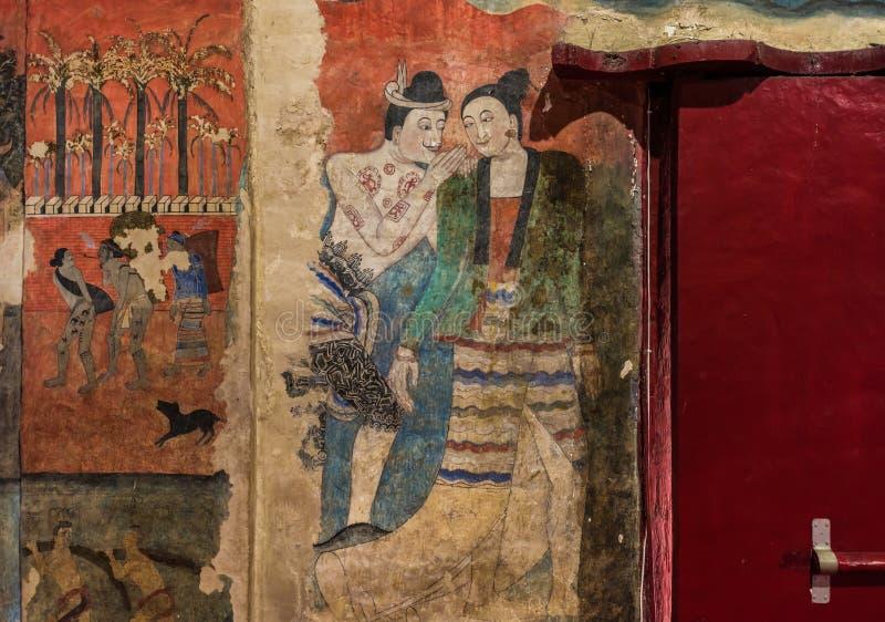 Traditionell thailändsk vägg- målning på väggen för forntida tempel på Wat Ph arkivfoto