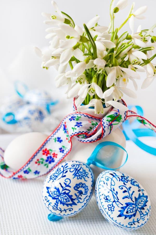 Traditionell tjeckisk easter garnering - blomkruka med vit snowd arkivbilder