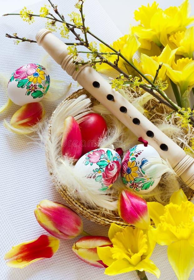 Traditionell tjeckisk easter garnering - träflöjtmusikinstrum royaltyfri bild