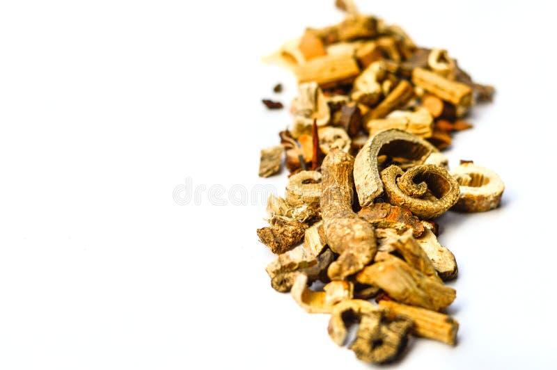 Traditionell torkad kines Herb Medicine Isolated på vit bakgrund arkivfoton
