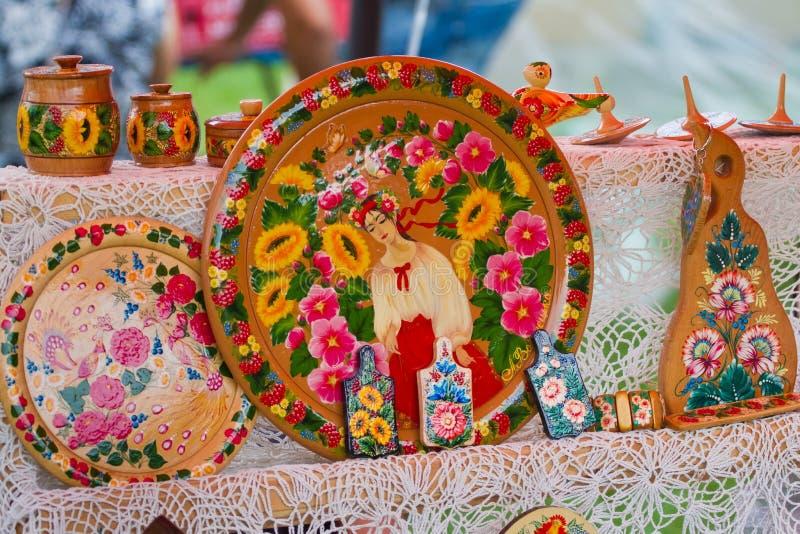 Traditionell träplattor, handgjort och handpainted med en flicka och en ljus blom- modell på festivalmässan fotografering för bildbyråer