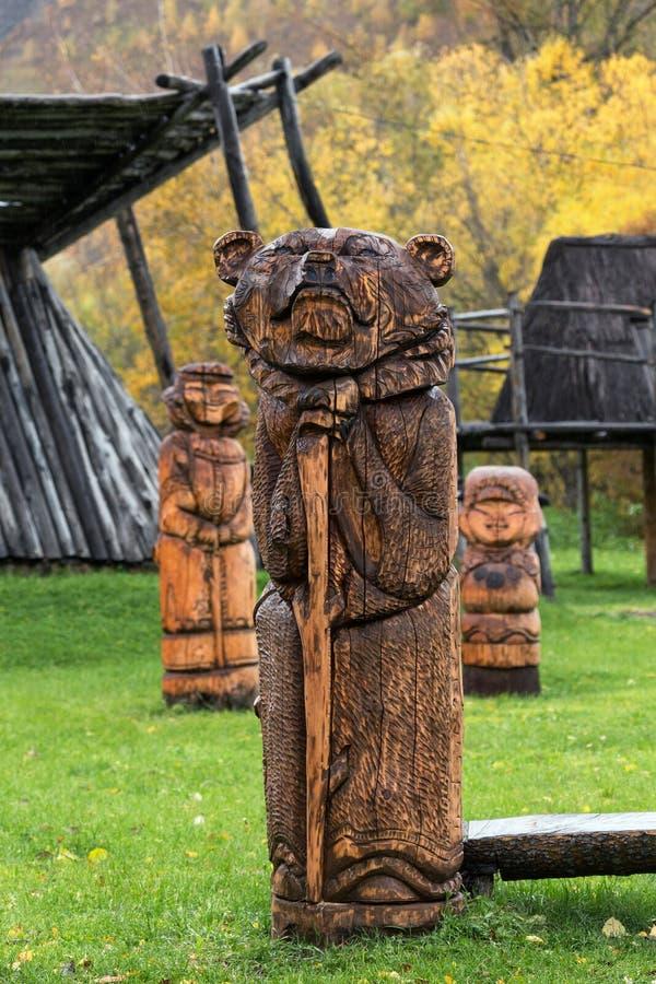 Traditionell träskulptur - träskulptur av den Kamchatka brunbjörnen royaltyfri fotografi