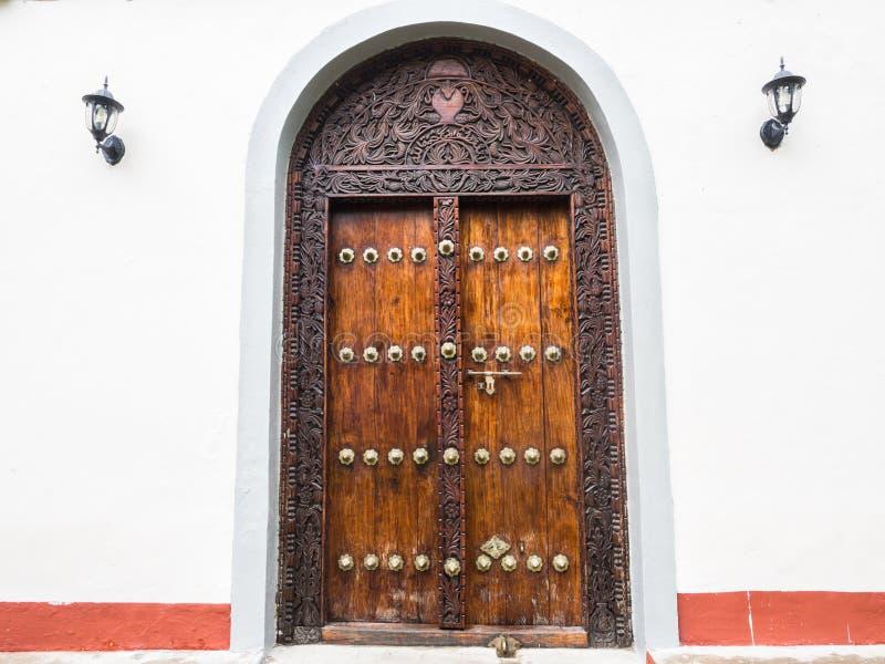 Traditionell träsniden dörr i stenstaden, Zanzibar arkivbilder