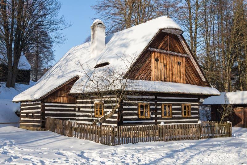Traditionell trätimrad stuga i vinter arkivfoto