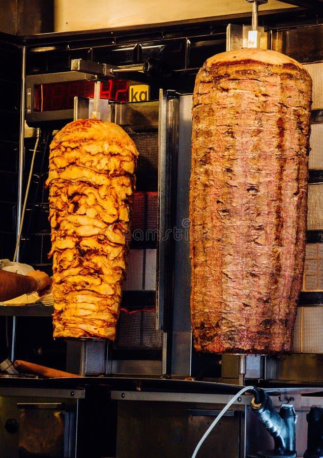 Traditionell turkisk Doner kebab eller kebab på metallsteknålen royaltyfri fotografi