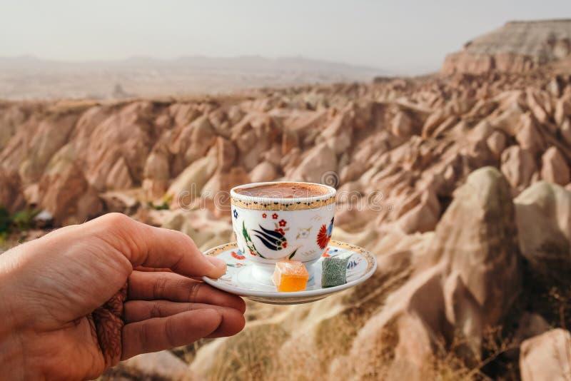 Traditionell turkisk drink med det Cappadocia landskapet royaltyfri bild