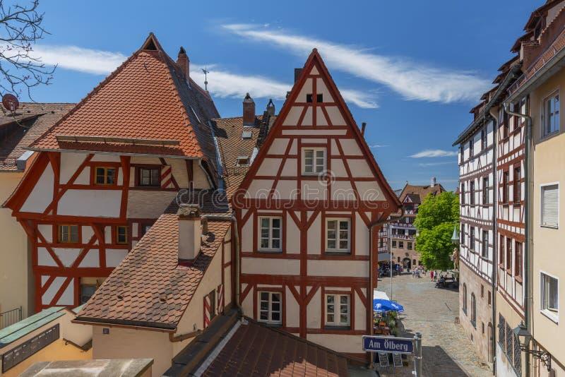 Traditionell tysk halva timrat hus, gammal stad och den fyrkantiga Tiergaertnertorplatzen Nuremberg, Bayern, Tyskland arkivbild