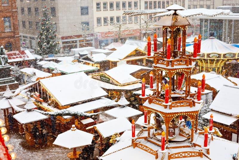 Traditionell tysk jul marknadsför i den historiska mitten av en stad i Tyskland under snö Ställningar traditionell pyramid fotografering för bildbyråer