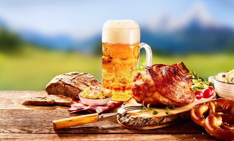 Traditionell tyskuppsättning av mat med exponeringsglas av öl royaltyfria bilder