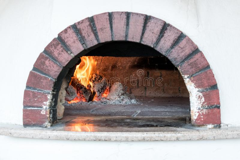 Traditionell ugn för att laga mat och att baka pizza arkivbilder