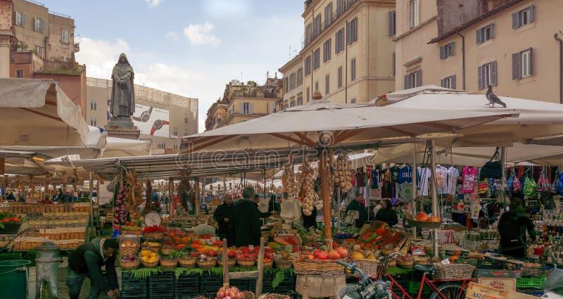 Traditionell utomhus- matmarknad av Campo de Fiori i Rome fotografering för bildbyråer