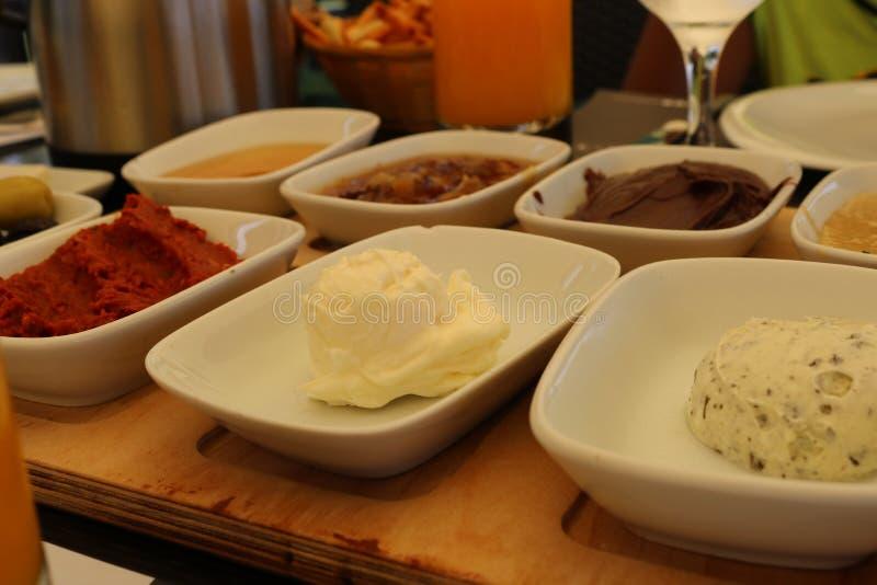 Traditionell utomhus- turkisk frukostturkfrunch royaltyfri bild
