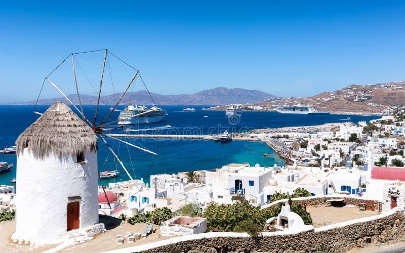 Traditionell väderkvarn överst av den Mykonos staden, Cyclades, Grekland royaltyfria bilder