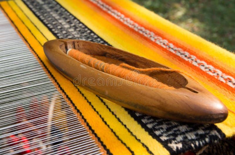 Traditionell väva hand-vävstol för mattor i Bulgarien hantverk arkivfoton