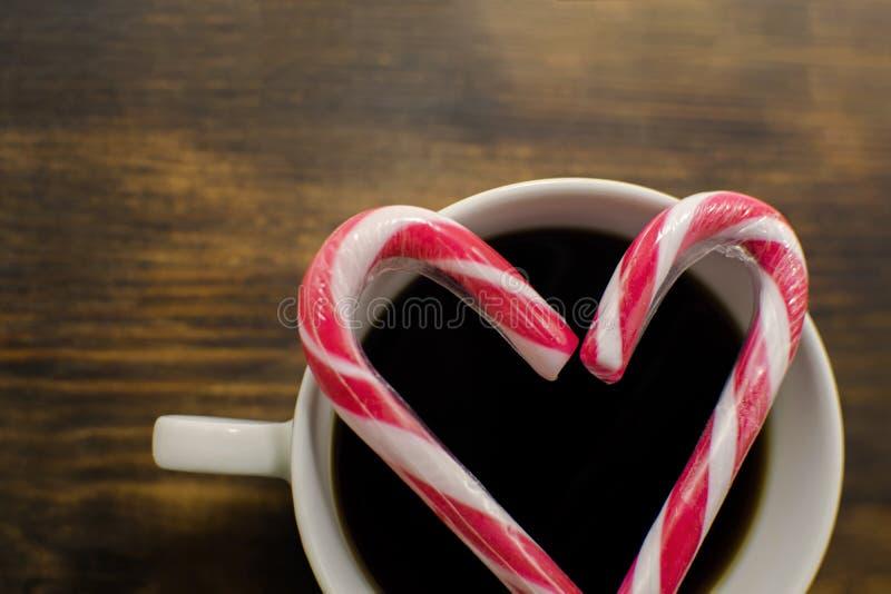Traditionell varm mörk coffe med godispinnar på träbakgrund Varm choklad med marshmallower ekologiskt trä för julgarneringar arkivfoton