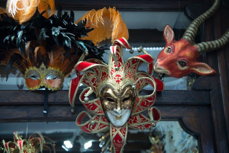 Traditionell venetian maskering i lager på gatan, Italien royaltyfri fotografi