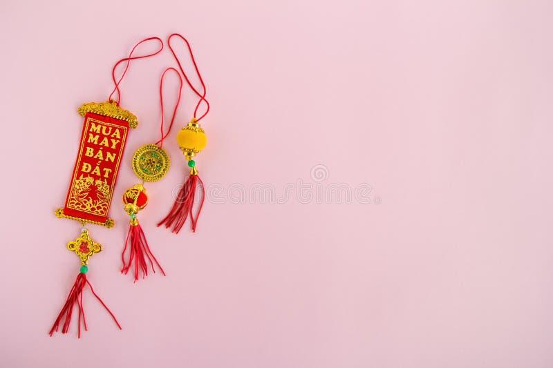 Traditionell vietnames och kinesiska färger för röda garneringar för nya år guld- och på en rosa bakgrund arkivfoto