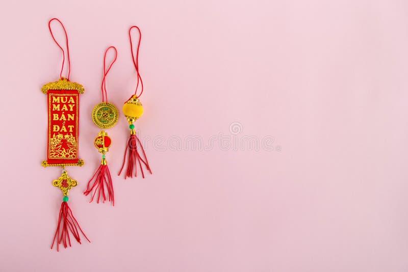 Traditionell vietnames och kinesiska färger för röda garneringar för nya år guld- och på en rosa bakgrund fotografering för bildbyråer