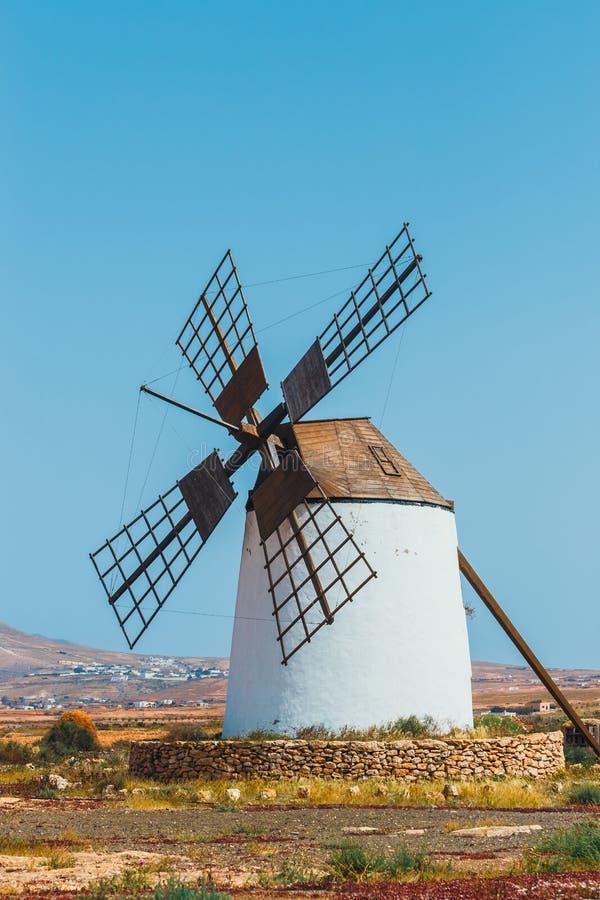 Traditionell vit stenig väderkvarn på Fuertaventura royaltyfria foton