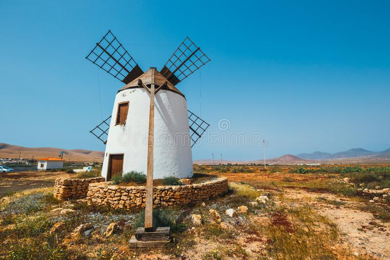 Traditionell vit stenig väderkvarn på Fuertaventura arkivfoton