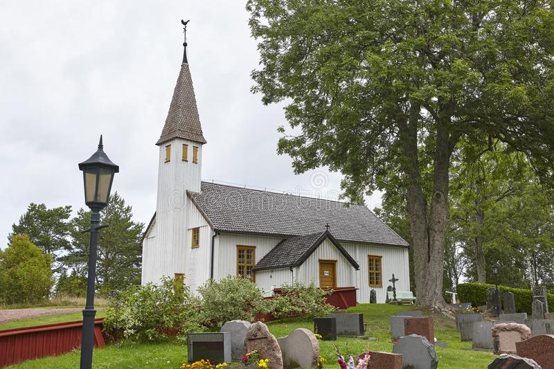 Traditionell vit träkyrka för St Andreas i Finland alar arkivbild