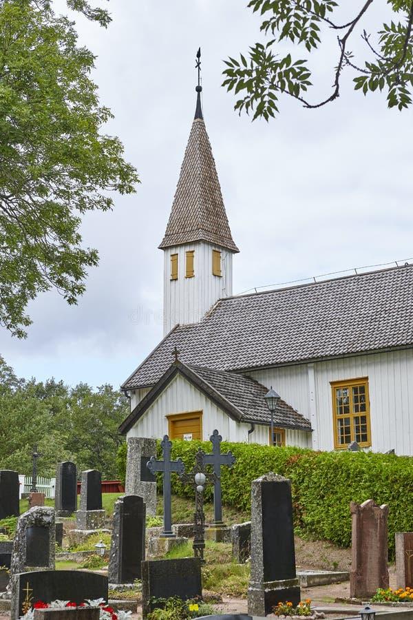 Traditionell vit träkyrka för St Andreas i Finland alar royaltyfri bild
