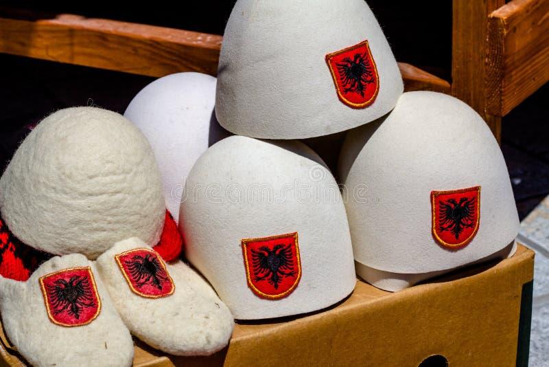 Traditionella albanska hattar och häftklammermatare, Kruja, Albanien royaltyfri foto