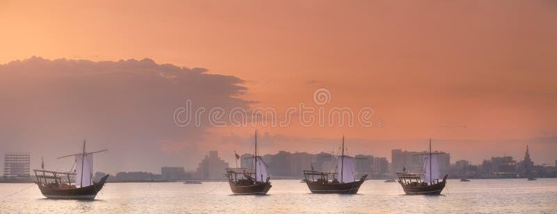 Traditionella arabiska Dhowfartyg i den Doha hamnen, Qatar royaltyfria foton
