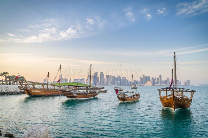 Traditionella arabiska dhows i Doha, Qatar royaltyfri fotografi