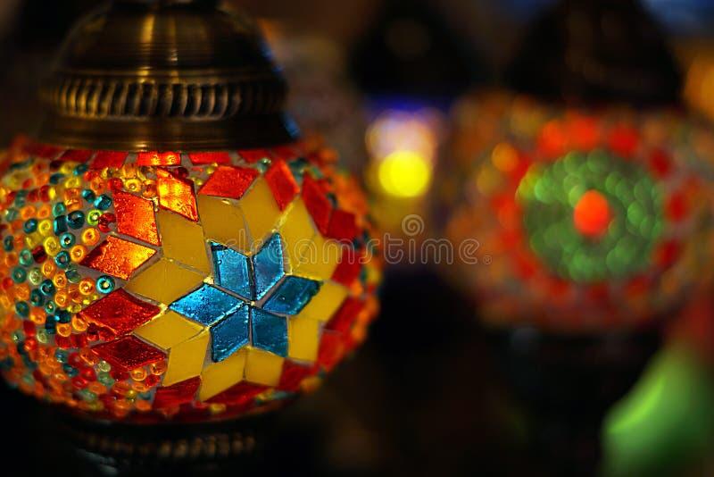 Traditionella arabiska glass och metalllyktor arkivfoton
