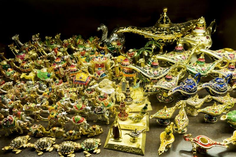 Traditionella arabiska souvenir från Dubai, guld- objekt på lagerhyllan i Madinat Jumeirah Souk royaltyfri foto