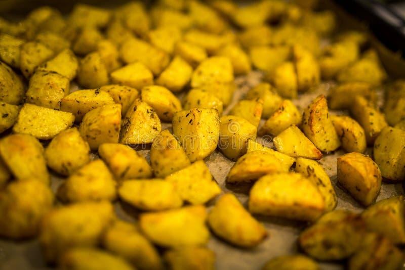 Traditionella bakade guld- potatisar med Provencal kryddor royaltyfri fotografi