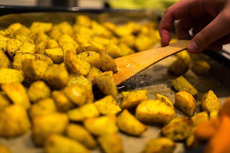 Traditionella bakade guld- potatisar med Provencal kryddor arkivbilder