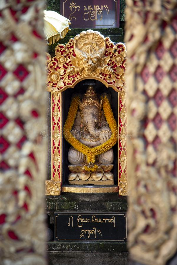 Traditionella Bali Ganesha av hinduisk gudskulptur, är en av debekanta och mest tillbad gudarna i den hinduiska panteon _ royaltyfri bild