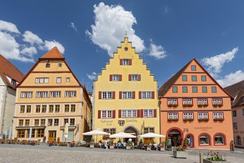 Traditionella bavarian hus på Markplatz i Rothenburg obder Tauber, Franconia, Bayern, Tyskland royaltyfri bild