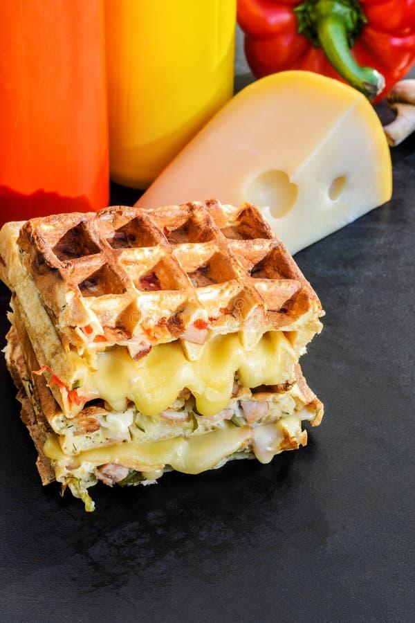 Traditionella belgiska dillandear med ost och grönsaker kopiera avst?nd arkivbilder