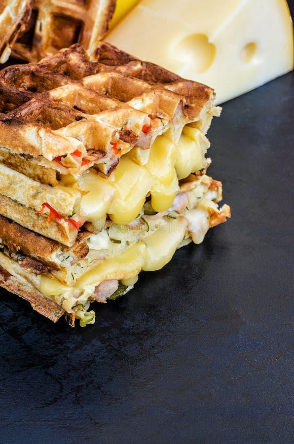 Traditionella belgiska dillandear med ost och grönsaker kopiera avst?nd arkivfoto