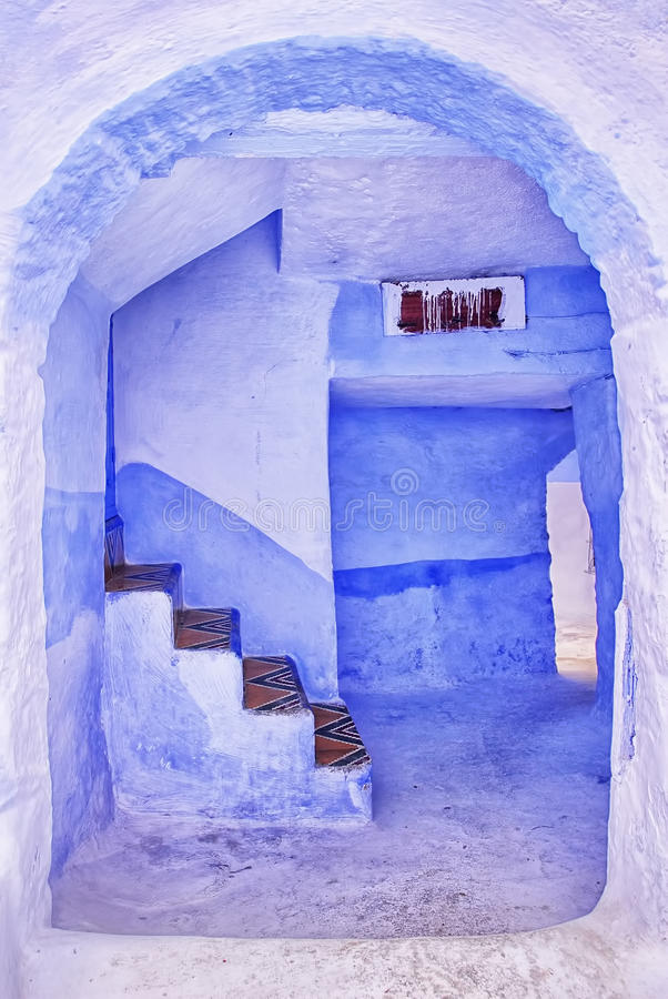 Traditionella blått målade huset i Chaouen, Marocko arkivbilder