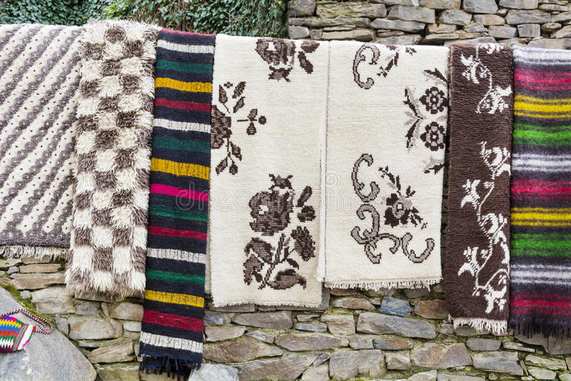 Traditionella bulgarian filtar med band och livliga färger arkivbild