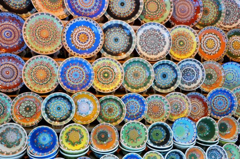 Traditionella bulgarplattor med folk målning arkivbilder